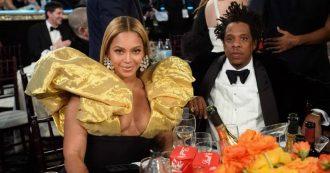 """Golden Globe 2020, tutti i look: dall'abito """"carta di cioccolatino"""" di Beyoncé al rosso """"regina di cuori"""" di Scarlett Johansson"""