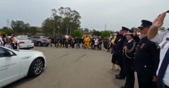 Australia in fiamme, muore vigile del fuoco: i colleghi al funerale ballano la haka. Il video