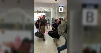 Australia in fiamme, i vigili del fuoco Usa arrivano a Sydney per aiutare i colleghi: accolti in aeroporto da uno scroscio di applausi