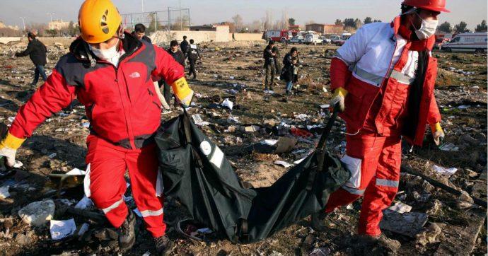"""Boeing caduto in Iran, Teheran: """"Non è stato un missile"""". Nato: """"Crediamo all'abbattimento"""". Ucraina ottiene l'accesso alle scatole nere"""