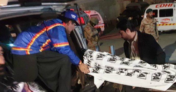 Pakistan, esplode bomba in una moschea di Quetta: 13 morti, tra cui un ufficiale di polizia