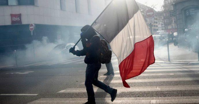 """Francia, proteste contro riforma pensioni: falò di rifiuti e cassonetti. Governo cede: """"Ritiro provvisorio dell'età di equilibrio a 64 anni"""""""