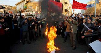 Iran, sostenitori di Teheran bruciano bandiere britanniche davanti all'ambasciata Uk. Polizia spara su manifestanti anti-regime