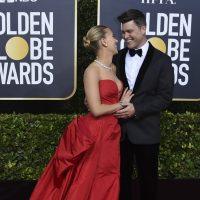 L'arrivo ai Golden Globe con Colin Jost