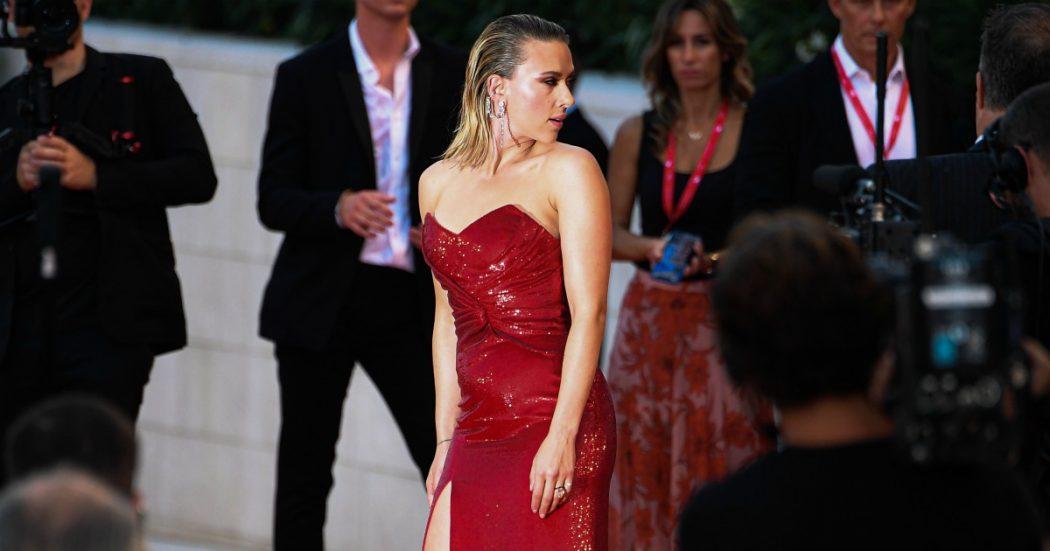 Scarlett Johansson sul red carpet al Festival di Venezia