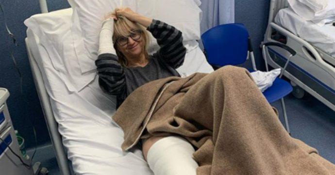 """Che Tempo che Fa, Luciana Littizzetto racconta come si è rotta rotula e polso: """"Sono inciampata sui lacci delle scarpe"""""""
