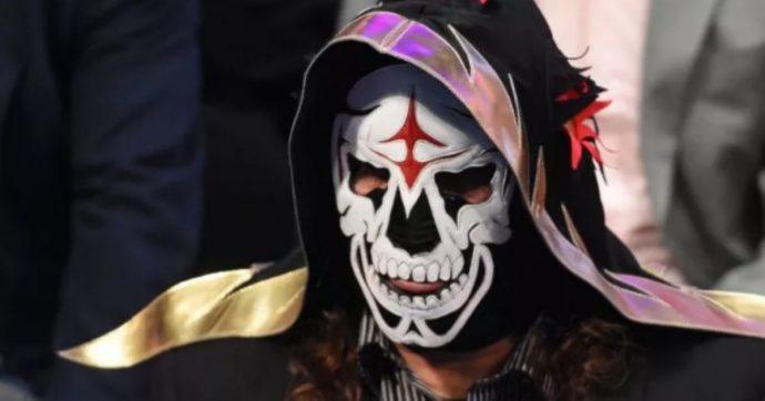 """Parka, morto il lottatore mascherato: ad ucciderlo un """"tuffo suicida"""". Lutto nel wrestling"""