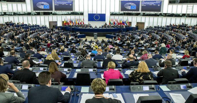 Strasburgo, uomo si dà fuoco davanti alla sede del Parlamento europeo: gravi ustioni al volto