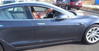 Tesla, l'auto si muove da sola senza conducente: lo scherzo alla passeggera fa il giro del mondo