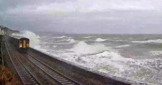 Paura a bordo, il treno passa accanto al mare in tempesta: la forza delle onde distrugge i finestrini