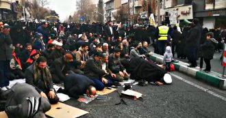 Iran, l'ayatollah Khamenei alla Grande moschea di Mosalla: migliaia di persone non riescono a entrare e pregano in strada