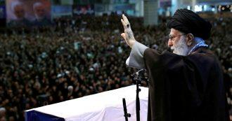 """Iran, l'ayatollah Khamenei guida la preghiera del venerdì per la prima volta in otto anni: """"Lo schiaffo in faccia agli Usa un miracolo di Allah"""""""