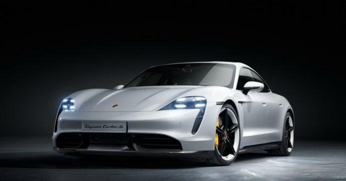 Porsche Taycan, debutto da incubo negli Usa. Prende fuoco e distrugge un garage – VIDEO