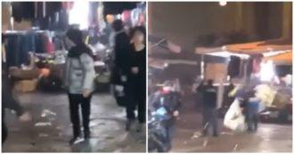 Napoli, baby gang aggredisce la polizia: lanciati petardi, sassi e oggetti. Agenti costretti ad indietreggiare. Le immagini