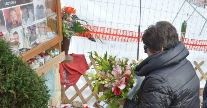 """Rigopiano, la commemorazione tre anni dopo la strage. Bonafede: """"Lo Stato chiede scusa. Scrivere leggi per evitare tragedie"""""""