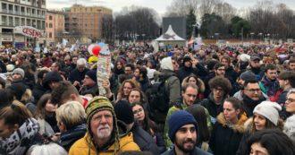 """Sardine, il movimento in piazza a Bologna: """"Bentornati in mare aperto"""". La diretta video"""