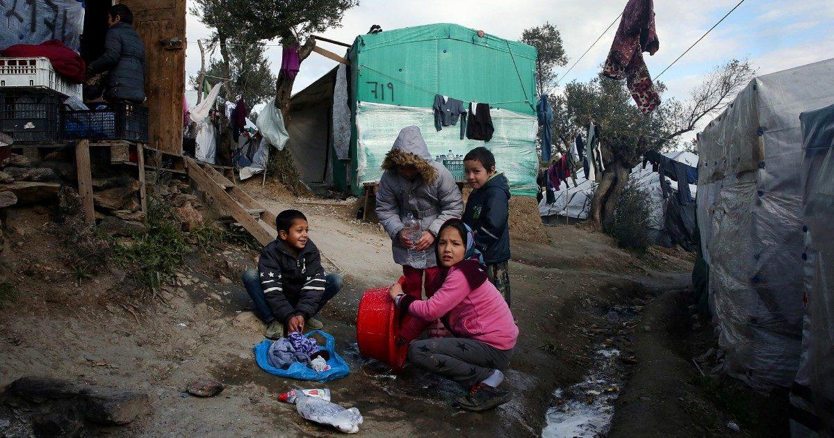 """Migranti, dalla Grecia a Lampedusa: migliaia di minorenni reclusi nei campi. Associazioni: """"Anche in Italia situazioni di illegalità"""""""