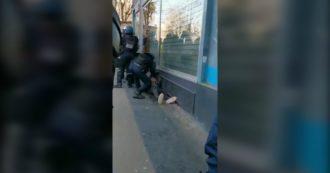 Proteste in Francia, i manifestanti postano le immagini sui social: ecco i pestaggi della polizia