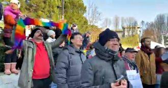 """Emilia, fischi e contestazioni durante la tappa di Matteo Salvini a Ozzano. Lui dal palco replica: """"Poveretti"""". E dalle casse parte Bella Ciao"""