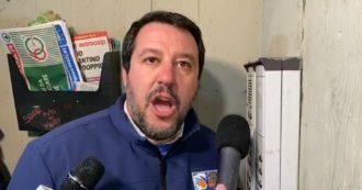 """Regionali, Salvini a Bologna citofona a casa di un cittadino tunisino: """"Scusi, lei spaccia?"""""""