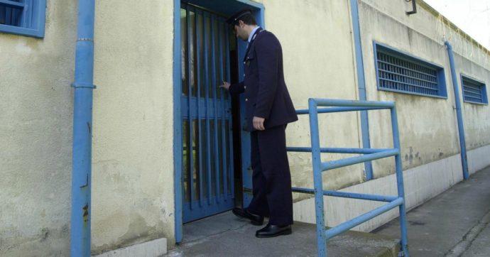 """Camorra, agli arresti agente penitenziario: """"Portava fuori dal carcere pizzini con gli ordini del boss Lo Russo in cambio di soldi"""""""
