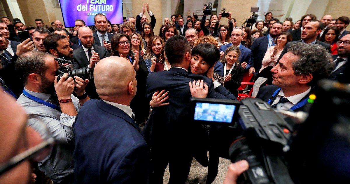 """Cravatte e ipocrisie: il """"funerale"""" finisce e inizia il congresso"""