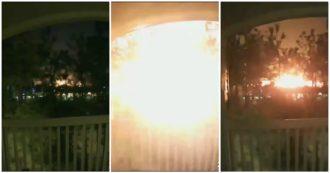 Le immagini della potente esplosione in una fabbrica: il cielo di notte illuminato a giorno