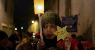 """Mondovì, decine di persone al presidio di solidarietà davanti a casa imbrattata da scritta antisemita. Crosetto (FdI): """"Gesto infame"""""""