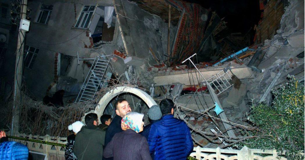"""Turchia, terremoto di magnitudo 6.8: almeno 19 morti e 900 feriti. """"Ci sono ancora persone bloccate sotto le macerie"""""""