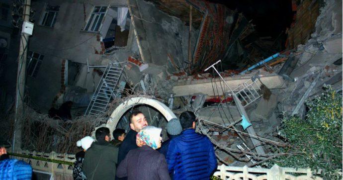 """Turchia, terremoto di magnitudo 6.8: almeno 29 morti e oltre 1.200 feriti. Erdogan: """"Abbiamo sempre superato queste prove"""""""