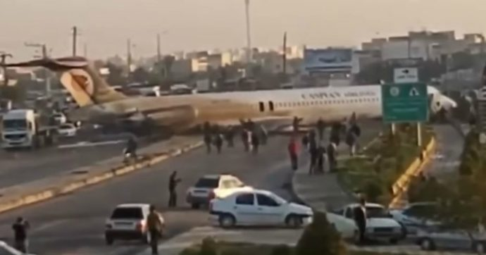 Iran, aereo finisce fuori pista durante l'atterraggio: salvi i 135 passeggeri