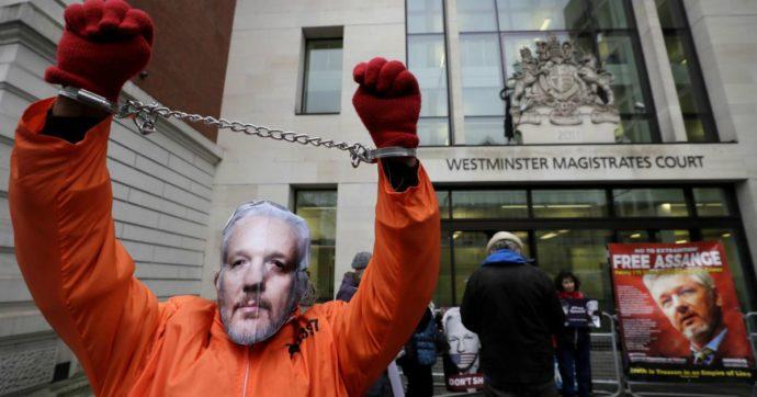 """Julian Assange, l'appello per la sua liberazione: """"Ha rivelato crimini di guerra, l'azione legale contro di lui è un precedente pericoloso"""""""