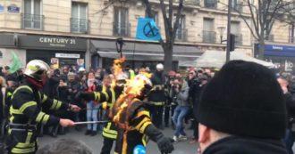 Parigi, protesta dei pompieri per le condizioni di lavoro: alcuni si danno fuoco e si fanno spegnere dai colleghi. Le immagini