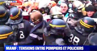 Parigi, scontri tra i vigili del fuoco e la polizia: la protesta dei pompieri francesi per ottenere migliori condizioni di lavoro