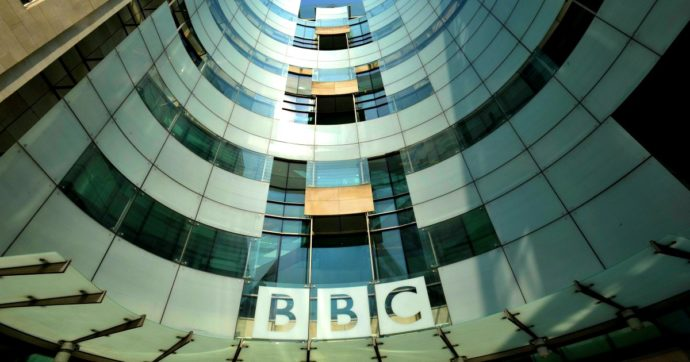"""Bbc, la tv inglese licenzia 450 giornalisti: """"È ora di rimodellarci e risparmiare denaro"""""""