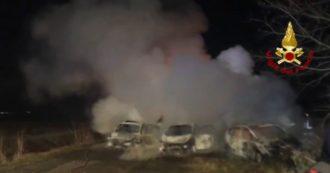 Assalto a portavalori sull'A1, alcune auto e un camion in fiamme: l'intervento dei vigili del fuoco