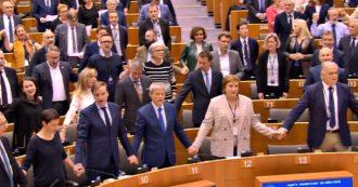 Brexit, via libera all'accordo di recesso: eurodeputati intonano in Aula il tradizionale valzer delle candele