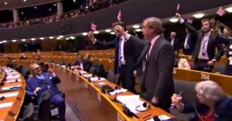 """Brexit, Farage e il suo gruppo sventolano bandiera Uk all'Europarlamento: """"Impazienti di lavorare con Ue da paese sovrano"""""""