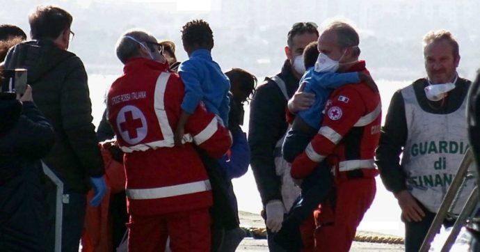 """Ocean Viking, 403 migranti sbarcano a Taranto dopo quattro giorni. I soccorritori: """"Hanno fatto un viaggio da incubo"""""""