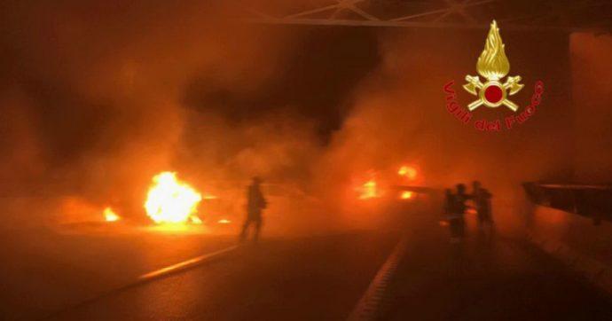 Assalto a portavalori sulla A1, barriere di auto bruciate e chiodi sull'asfalto: il furgone blindato si è rifugiato in un autogrill