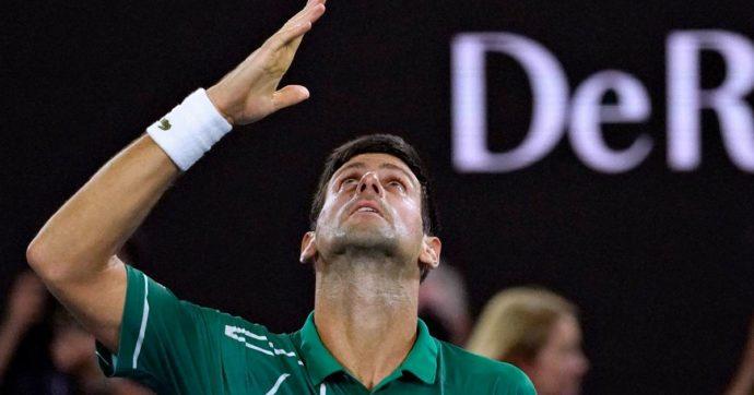 Australian Open, Djokovic supera Federer in soli tre set. In finale troverà il vincente tra Thiem e Zverev