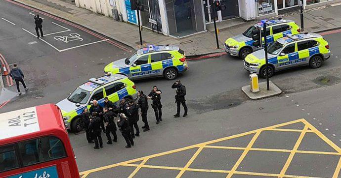 """Londra, accoltella tre passanti poi viene ucciso dalla polizia. Polizia: """"Terrorismo"""". Testimoni: """"Forse indossava gilet esplosivo"""""""