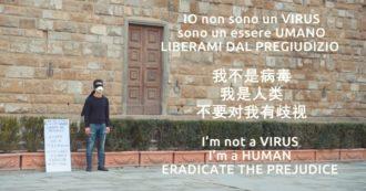 """Coronavirus, il flash mob del giovane italo-cinese contro il pregiudizio. In piazza a Firenze con benda e mascherina: """"Io non sono un virus"""""""