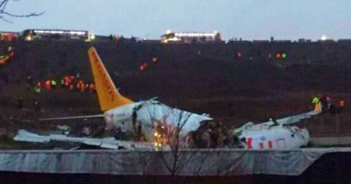 """Turchia, aereo si spezza in tre durante l'atterraggio all'aeroporto di Istanbul: tre morti e quattro feriti di """"media gravità"""""""