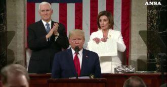 Usa, Stato dell'Unione: Trump non stringe la mano alla Pelosi. E lei alla fine strappa i fogli del discorso