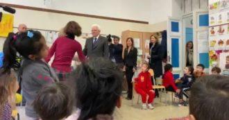 Coronavirus, Mattarella contro il pregiudizio: visita una scuola con alunni cinesi all'Esquilino. E con loro canta l'Inno di Mameli