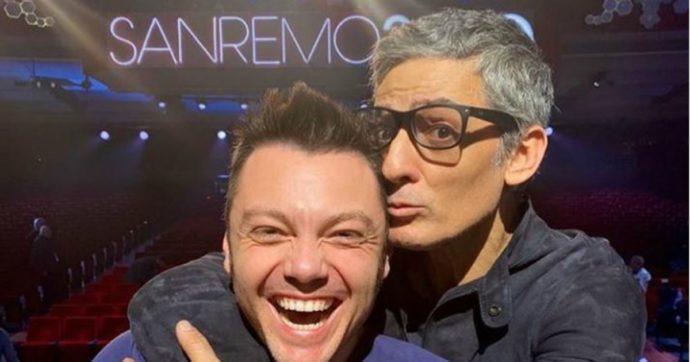 Sanremo 2020, Fiorello e Tiziano Ferro chiudono la polemica postando sui loro profili una foto abbracciati. E poi un bacio in diretta sul palco dell'Ariston