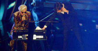 """Festival di Sanremo 2020, la diretta della quarta serata. Amadeus scherza con Francesca Sofia Novello e il """"passo indietro"""", il vestito di Elodie scatena i commenti – FOTO e VIDEO"""