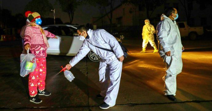 Coronavirus, donna in quarantena trasferita allo Spallanzani. Pronto il rientro di 8 italiani da Wuhan: ancora bloccato per febbre il 17enne