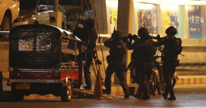 """Thailandia, 27 morti nella sparatoria davanti a un centro commerciale: ucciso l'assalitore. Premier: """"Una strage senza precedenti"""""""